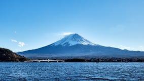 Schöne Ansicht Mt Fuji mit mit einer Kappe bedecktem, blauem Himmel des Schnees und der Brücke am Kawaguchiko See, Japan stockfoto