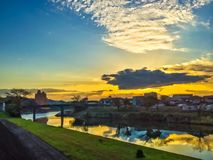 Schöne Ansicht nach Sonnenaufgang mit Shirakawa-Fluss wie Lizenzfreies Stockbild