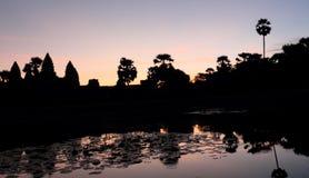 Schöne Ansicht Schattenbild Angkor Wat in Kambodscha während des Sonnenaufgangs stockbilder