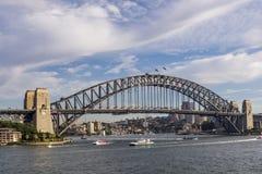 Schöne Ansicht Sydney Harbour Bridges, Australien, gegen einen drastischen Himmel lizenzfreie stockbilder