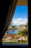 Schöne Ansicht vom Fenster auf Swimmingpool Lizenzfreie Stockfotografie