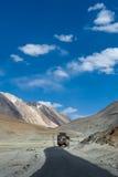 Schöne Ansicht von Bergen auf Landstraße Leh - Manali nahe zum Schmerzgefühldorf - Tibet-, Leh-Bezirk, Ladakh, Jammu und Kashm Lizenzfreie Stockbilder