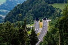 Schöne Ansicht von Bergen und von Eingang zum Autobahntunnel nahe Dorf von Werfen, Österreich stockfoto