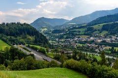 Schöne Ansicht von Bergen und von Eingang zum Autobahntunnel nahe Dorf von Werfen, Österreich lizenzfreie stockbilder