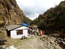 Schöne Ansicht von Bergen und von lokalem Hausdorf am Weg des niedrigen Lagers, Nepal, lizenzfreies stockfoto