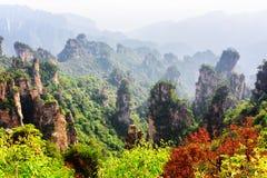 Schöne Ansicht von bewaldeten natürlichen Quarzsandsteinsäulen stockfoto
