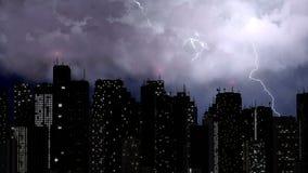 Schöne Ansicht von Blitzbolzen schlagen die Spitze der höchsten Gebäude, Stadt Stockbilder