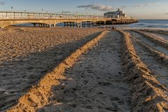 Schöne Ansicht von Bournemouth-Pier bei Sonnenuntergang, England, Vereinigtes Königreich stockbilder