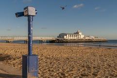 Schöne Ansicht von Bournemouth-Pier an einem ruhigen sonnigen Tag, England, Vereinigtes Königreich stockbild