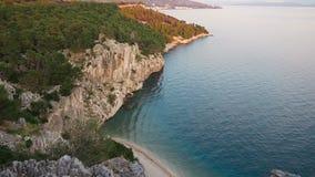 Schöne Ansicht von den Klippenbergen auf dem adriatischen Meer kroatien stock footage