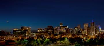 Schöne Ansicht von Denver-Skylinen mit Mond nachts Lizenzfreie Stockfotos