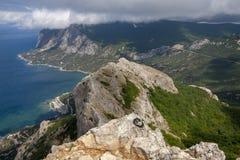 Schöne Ansicht von der Spitze des Berges auf der südlichen Küste von Krim stockfotos