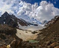 Schöne Ansicht von einem Gebirgssee im Gletscherbereich Stockfotos