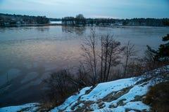 Schöne Ansicht von einem See mit Eis während der Dämmerung Stockfoto