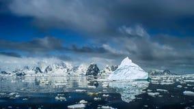Schöne Ansicht von Eisbergen in der Antarktis lizenzfreie stockfotos