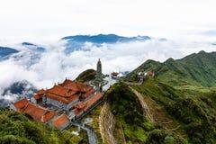 Schöne Ansicht von Fansipan-Berg mit einem buddhistischen Tempel stockfotos