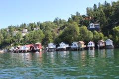 Schöne Ansicht von Ferienhäusern auf der Bank von Ozean Stockfoto