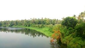 Schöne Ansicht von Flussbank Lizenzfreies Stockbild