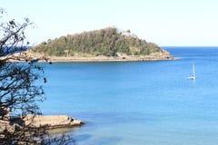 Schöne Ansicht von Meer, von Boot und von Insel Stockfoto