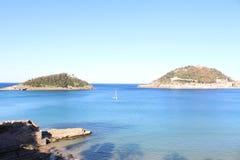 Schöne Ansicht von Meer, von Boot und von Inseln Stockfotografie