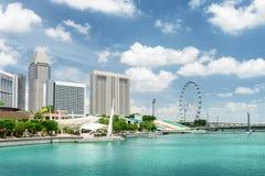 Schöne Ansicht von modernen Gebäuden und von Marina Bay in Singapur stockbilder