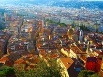 Schöne Ansicht von Nizza Stadt in den Strahlen der untergehenden Sonne Lizenzfreie Stockfotos