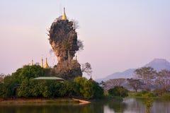 Schöne Ansicht von Pagode Kyauk Kalap bei Sonnenuntergang in Hpa-An, Myanma Stockfotografie