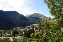Schöne Ansicht von Queenstown& x27; s-Stadt, -see und -berge Stockbild
