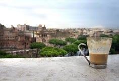 Schöne Ansicht von Rom und von Schale mit Café Latte Stockfoto