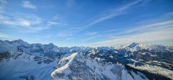 Schöne Ansicht von schneebedeckten Alpengipfeln in Österreich Lizenzfreies Stockfoto