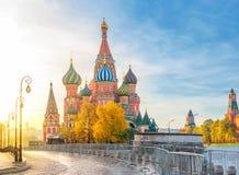 Schöne Ansicht von St. Basil& x27; s-Kathedrale auf dem Roten Platz in Moskau auf einem hellen Herbstmorgen Der schönste Anblick  lizenzfreie stockbilder