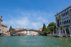 Schöne Ansicht von Venedig und von Grand Canal ` Accademia Ponte-engen Tals Lizenzfreie Stockfotos