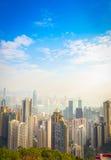 Schöne Ansicht von Victoria Peak zur Stadt von Hong Kong im horizont an einem sonnigen Tag mit blauem Himmel lizenzfreie stockfotografie