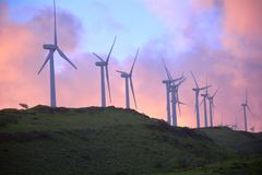 Schöne Ansicht von Windmühlen bei dem Sonnenuntergang, der die Trikoloren zeigt Lizenzfreie Stockfotos