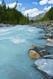 Schöne Ansicht zu den Bergen und zum klaren Fluss lizenzfreie stockbilder