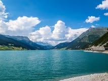 Schöne Ansicht zu Lago di Resia, Reschensee, See Reschen, Alto Adige, Süd-Tirol, Italien Stockbilder
