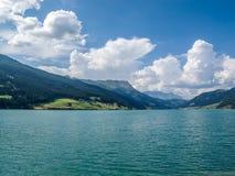 Schöne Ansicht zu Lago di Resia, Reschensee, See Reschen, Alto Adige, Süd-Tirol, Italien Lizenzfreie Stockfotografie