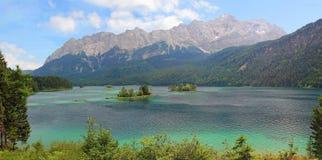 Schöne Ansicht zu See eibsee und zum zugspitze, bayerische Landschaft Lizenzfreies Stockfoto