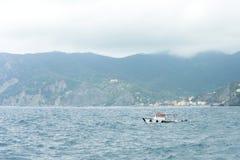 Schöne Ansicht zum blauen Meer, zu Fischerboot und zu den Bergen von Vernazza Lizenzfreies Stockbild