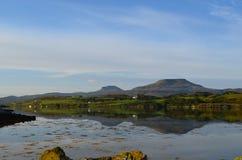 Schöne Ansichten MacLeods von Tabellen und von Dunvegan-Loch lizenzfreie stockbilder