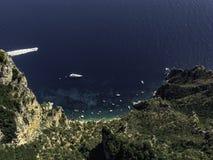 Schöne Ansichten von den Höhen einer versteckten Bucht, voll von den Yachten und von den Booten lizenzfreie stockfotos