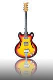 Schöne antike elektrische Gitarre mit Reflexion Lizenzfreie Stockfotos