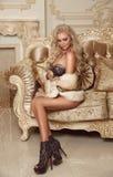 Schöne anziehende blonde Frau, die sexy Wäsche im Pelzmantel trägt Lizenzfreie Stockfotografie