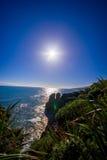 Schöne Anziehungskraft von Kalksteinbildungen am Pfannkuchen-Rock mit Sonnenglanz im blauen Himmel, Punakaiki, Westküste Stockbilder