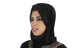 Schöne arabische Dame, die traditionelles islamisches trägt Lizenzfreie Stockfotografie