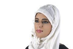 Schöne arabische Dame, die traditionelles islamisches trägt Stockbild