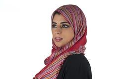 Schöne arabische Dame, die traditionelles islamisches trägt Stockfotografie