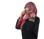 Schöne arabische Dame, die traditionelles islamisches trägt Stockfoto