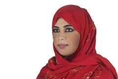 Schöne arabische Dame, die traditionelles islamisches trägt Lizenzfreie Stockbilder