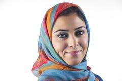Schöne arabische Dame, die traditionelles islamisches trägt Stockfotos
